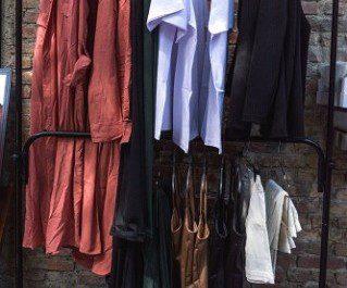 Отдельно стоящая вешалка для одежды — модный способ хранения одежды