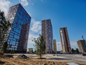 Стоит ли покупать квартиру в новострое: плюсы и минусы жилья от застройщика