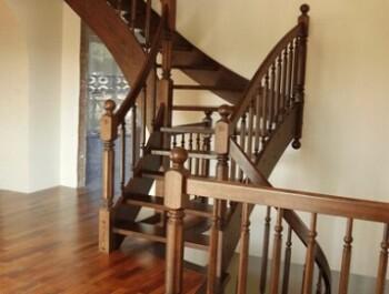Лестницы из дуба на второй этаж: все плюсы и минусы